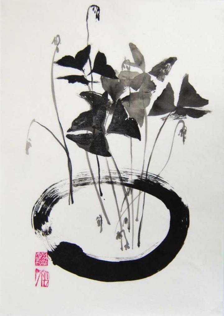 """Die Arbeit """"Roter Klee"""" von Anita Voigt ist eine Zeichung, die im Jahr 2021 mit Tusche auf Japanpapier gebracht wurde."""