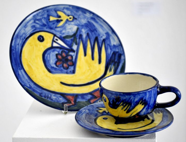 """Das bemalte Gedeck """"Ente"""" der Künstlerin Christiane Latendorf besteht aus einer Tasse, einer Untertasse sowie einem Teller."""