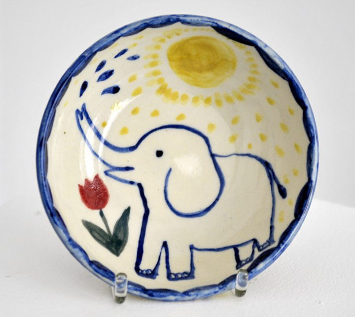 """Bemalte Keramikschale von Christiane Latendorf. Die Künstlerin gab der Arbeit den Titel """"Elefant"""". Die Schale ist signiert und glasiert worden."""