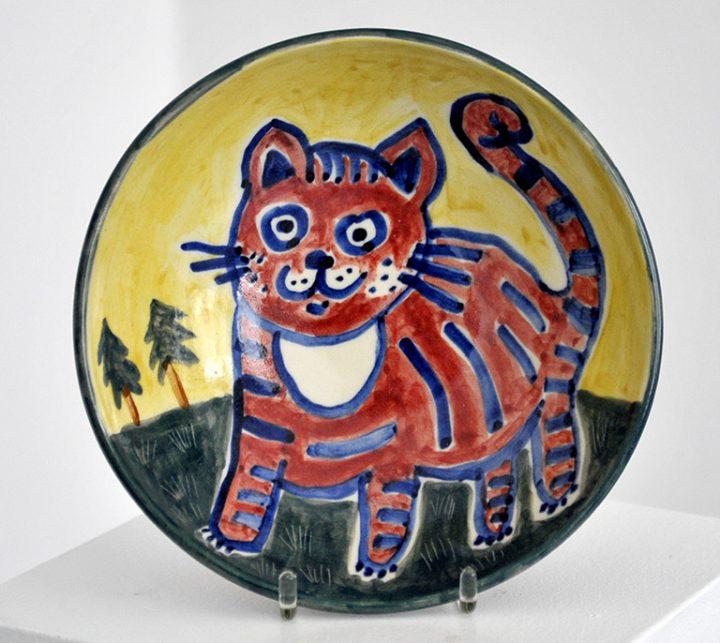"""Die Künstlerin Christiane Latendorf bemalte 2020 diese Keramikschale und gab ihr den Titel """"Katze""""."""