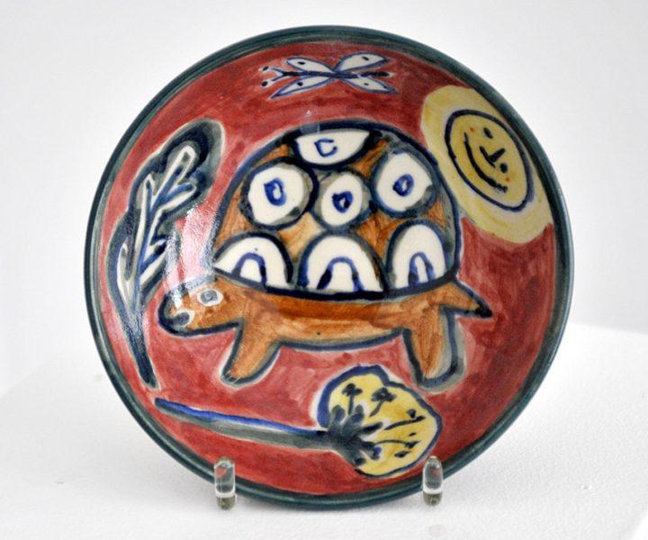 """Die bemalte Keramikschale """"Schildkröte"""" der Malerin Christiane Latendorf ist glasiert und wurde von der Künstlerin signiert."""