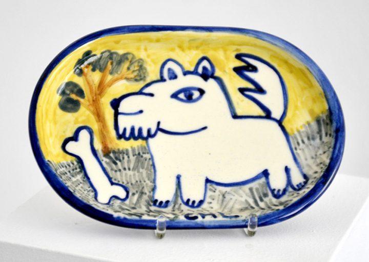 """Die bemalte Servierplatte """"Hund"""" ist eine von der Künstlerin Christiane Latendorf gestalte Arbeit von 2020."""