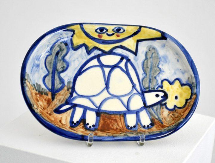"""Diese Arbeit ist eine bemalte Servierplatte mit dem Titel """"Schildköte"""" der Künstlerin CHRISTIANE LATENDORF."""