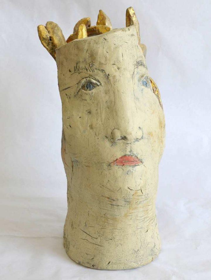 """Die Plastik """"Schöne Medusa"""" wurde 2017 von dem Künstler und Bildhauer Jürgen Cominotto geformt und bemalt."""