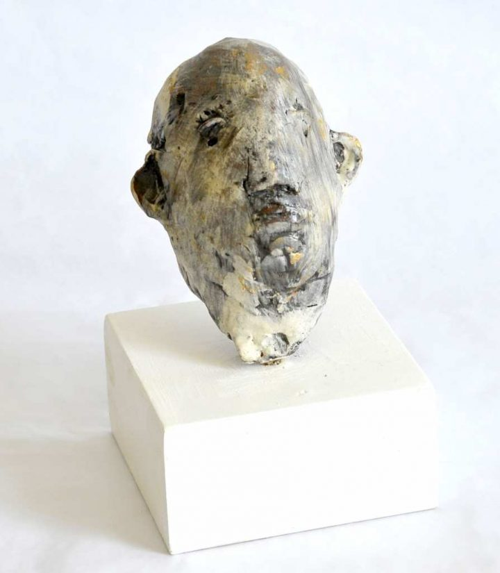 """Die Plastik """"Kopf"""" des Künstlers Jürgen Cominotto besteht aus glasiertem Ton und ist 2018 entstanden."""