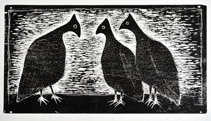 """Die Druckgrafik """"Perlhühner"""" ist ein Holzschnitt der Künstlerin Angela Hampel."""