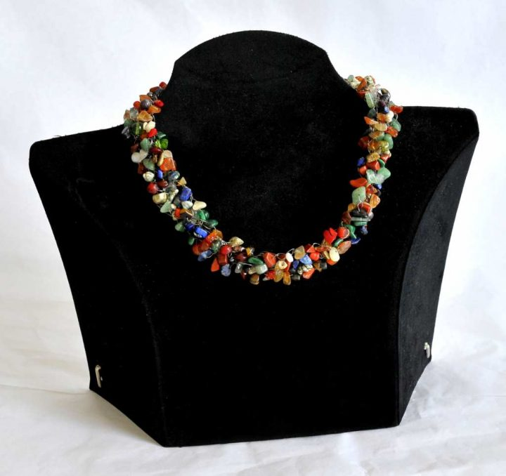 """Die Schmuckgestalterin Marianne Schiedmann fertigte diese """"Bauernkette"""" aus Halbedelsteinen, Perlen und Muscheln."""