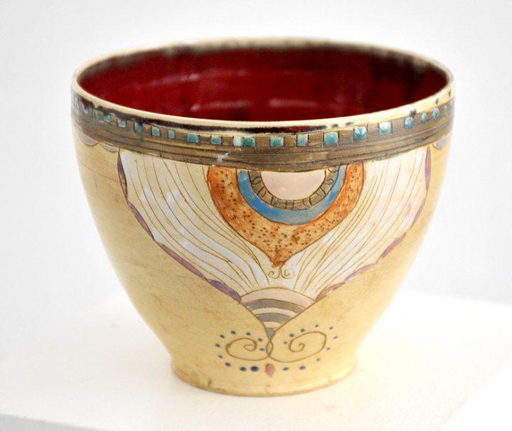 """Die Künstlerin Michele Cyranka bemalte diese Keramikschale, die den Titel """"Ornamental"""" trägt."""