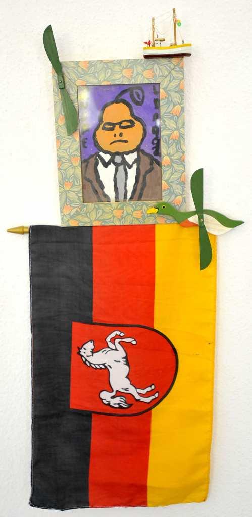 """Der Künstler Richard Mansfeld gestaltete 1992 die Assemblage """"Helmut Kohl in Niedersachsen"""" mit Acryl auf Pappe."""